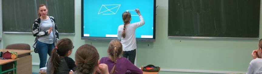 W szkole zainstalowano nowoczesny monitor interaktywny Kliknięcie w obrazek spowoduje wyświetlenie jego powiększenia