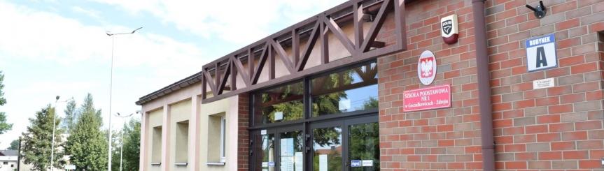 Na zdjęciu: wejście do części A budynku Szkoły Podstawowej nr 1 w Goczałkowicach-Zdroju