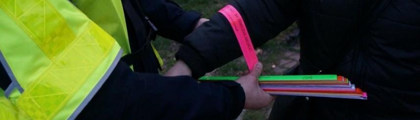 Zdjęcie przedstawia policjanta nakładającego element odblaskowy, źródło: KPP Pszczyna