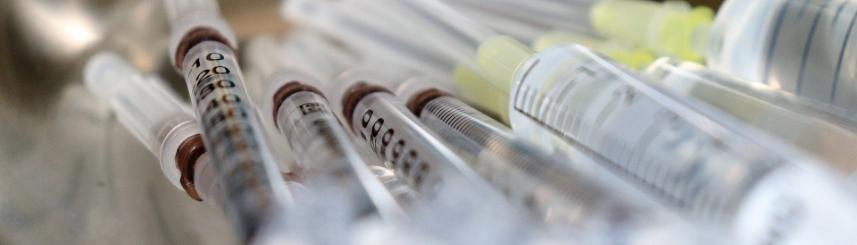 Zdjęcie przedstawia fiolki ze szczepionkami