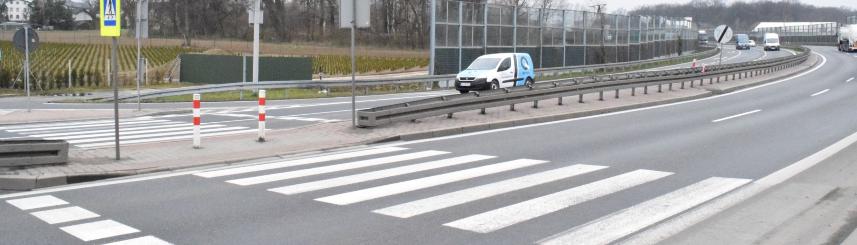 Zdjęcie przedstawia przejście dla pieszych przez DK 1 w rejonie skrzyżowania z ul. Borowinową w Goczałkowicach-Zdroju