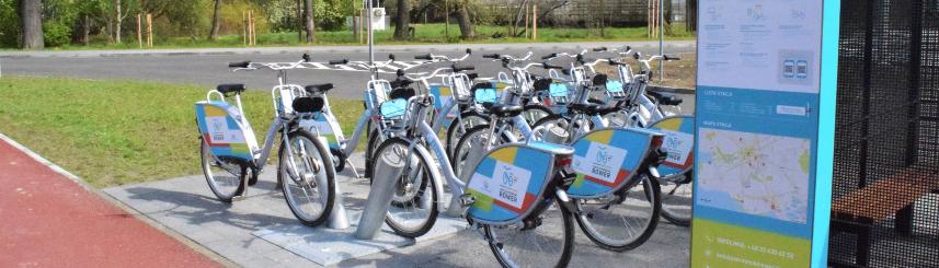 Zdjęcie przedstawia stację wypożyczania rowerów na centrum przesiadkowym przy ul. Parkowej