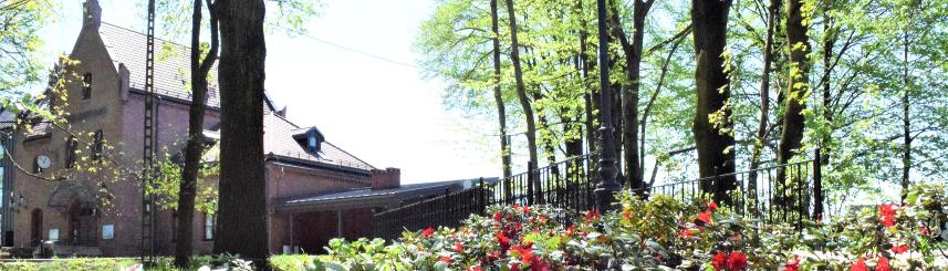 Zdjęcie przedstawia Park Zdrojowy, a w tle Stary Dworzec