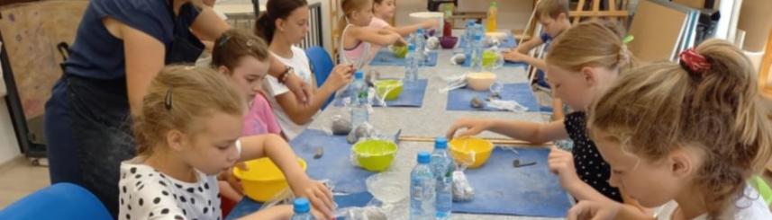 Zdjęcie przedstawia dzieci podczas warsztatów plastycznych,