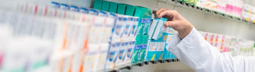 Zdjęcie przedstawia półkę z lekami
