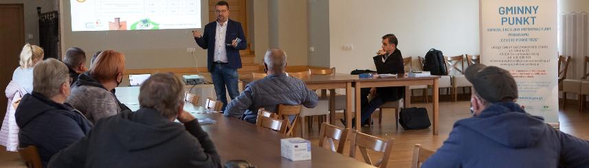 Zdjęcie przedstawia uczestników i prowadzących spotkanie na temat możliwości pozyskania dotacji na inwestycje ekologiczne (fot. Wojciech Smolorz)
