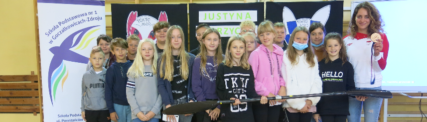 Zdjęcie przedstawia uczniów szkoły z Justyną Iskrzycką
