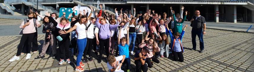 Zdjęcie przedstawia uczniów szkoły przed stadionem